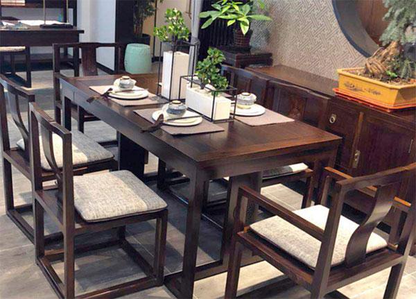 màu sắc và chất liệu bàn ghế quán ăn
